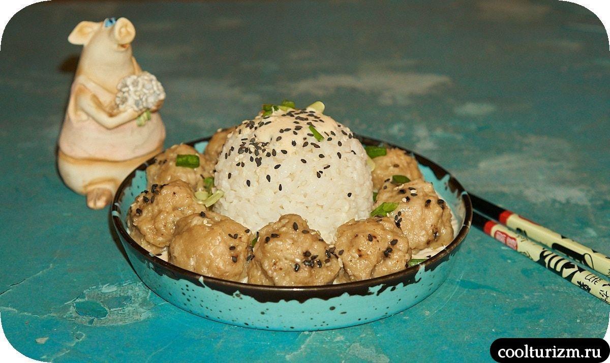 Фрикадельки на пару с рисом и сливочным соусом