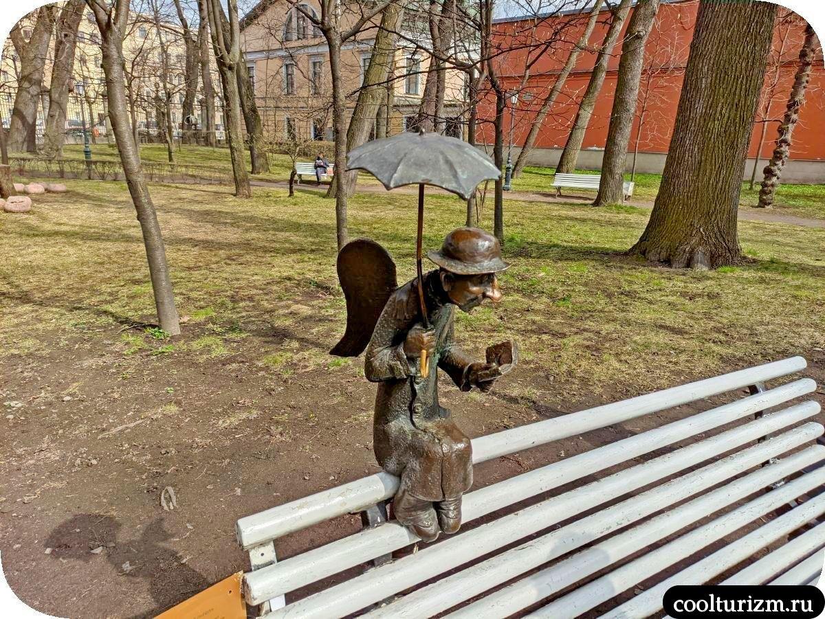 Петербургский ангел на скамейке в Измайловском парке