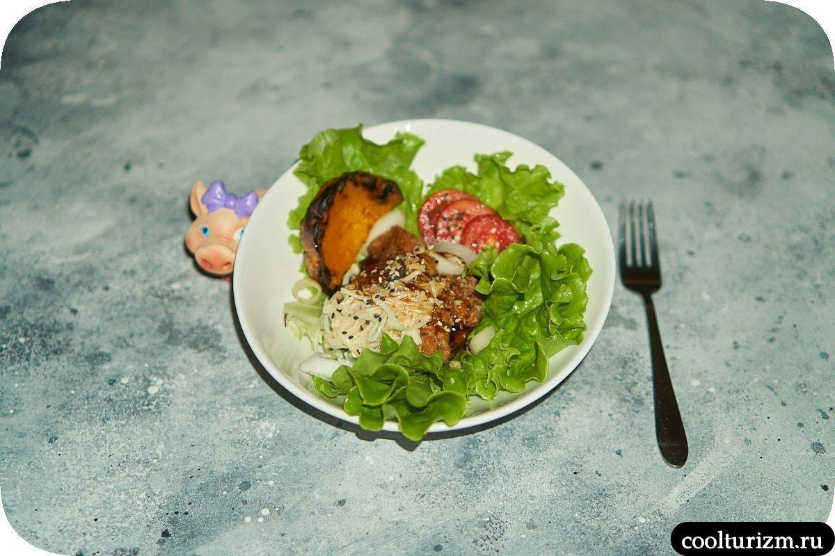 Салат с жареным мясом и тыквой